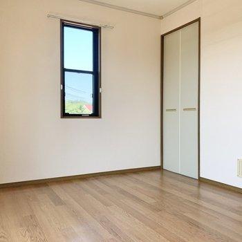 【バルコニー側洋室】こちらの窓は上下にスライドして開閉します。