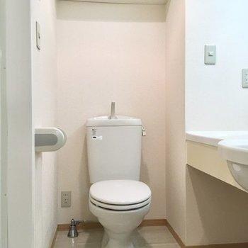 トイレも同室にあります。ストックは上部の棚へ。