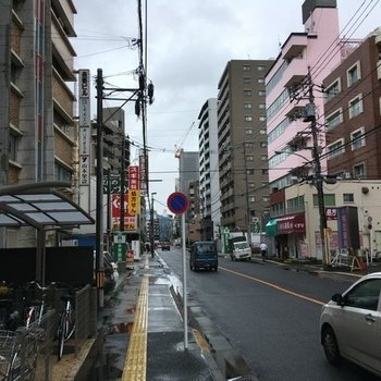 近くの通りは人通りがありますが、どこか懐かしい雰囲気も感じられます。