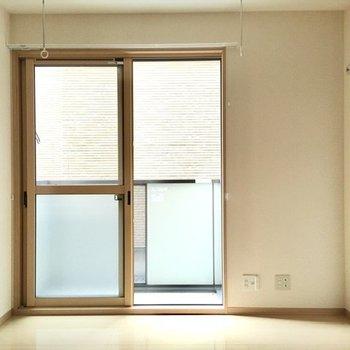 居室には竿掛けが設置されているので、部屋干しも可能ですよ。