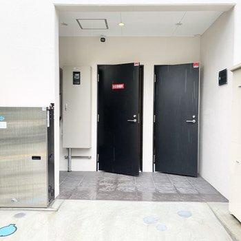 共用部】今回のお部屋へは左の入り口から。