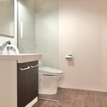 洗面台とトイレを区切る仕切りが1枚あるんです。