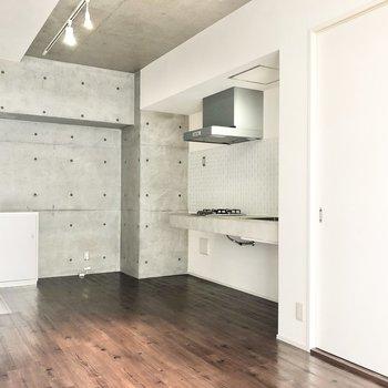 キッチン横には冷蔵庫がおける空間を確保。