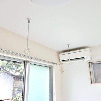 洗濯物は室内の窓の前で。エアコンの風が直接当たるので、室内でもしっかり乾きそうですね◎