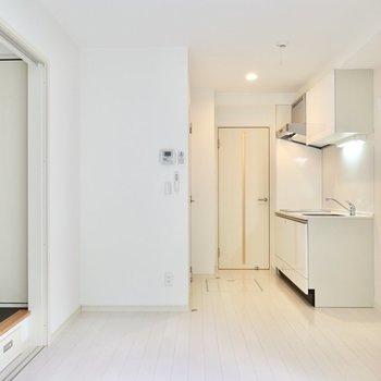 真っ白な室内なので、モノトーンやアースカラーの家具がよく似合います。