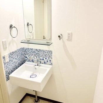 入って左手にスタイリッシュな洗面台!その右の洗濯機置場はパン無しタイプです。