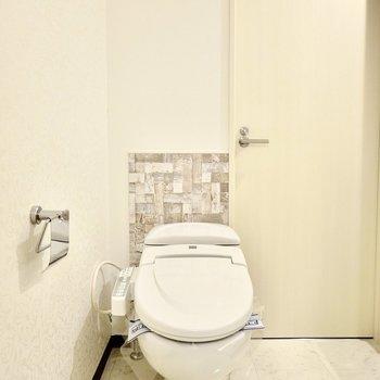 入って右手にはウォシュレット付きのトイレ。デザイン性の高い空間なので、洗面台と一緒でもあまり気になりません。