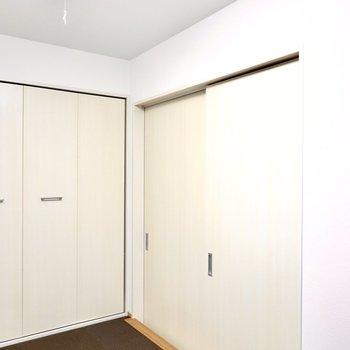 扉を閉めると安心感のある空間になりますが、こちらにはエアコンが無いので夏は開けて暮らしましょう。