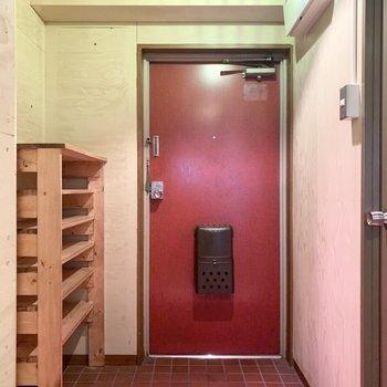 最後は赤が目を引く玄関。