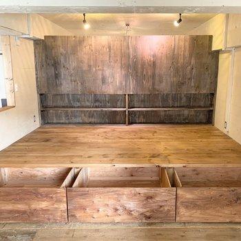 下部は引出収納に、天井は洋室と繋がった造りになっています。