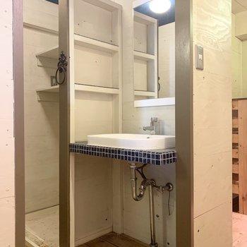お次はユーティリティ。タイル使用の洗面台がこれまた素敵◎ドアはありませんがレールが設置されていますので、カーテンを吊るしましょう。