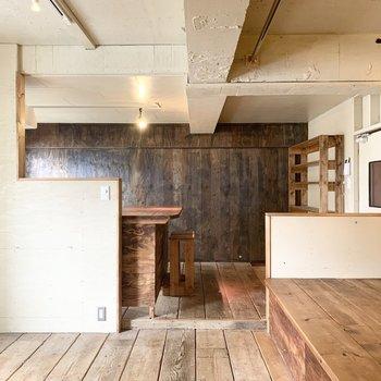 パーテーションでゆるく区切られたお隣はダイニングキッチン。LDKの空間だけでもいろんなカラーの木材が使われていて面白いです。