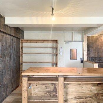キッチンからの眺めもいいな〜。奥の棚には食器のコレクションなんか飾って楽しみたいです◎