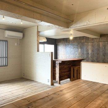 小上がり上の梁裏にはハンガーパイプが設置されています。実用的なら室内物干もいいし、カーテンをかけて部屋を区切ったりする使い方もありそうですね◎