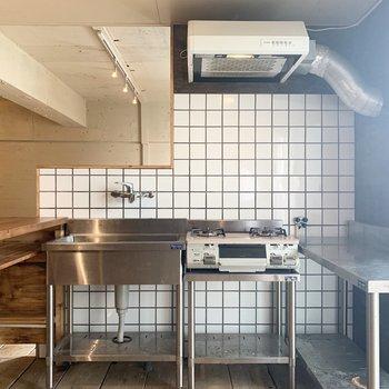 シンプルなステンレスキッチン。タイルとの組み合わせも素敵◎