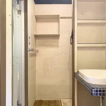奥には洗濯機置場。造作の収納がたくさんあるのも嬉しいポイント。