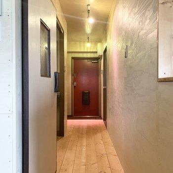 そんな棚のお隣のドアから廊下へ。このドアの取っ手も面白いですよ。