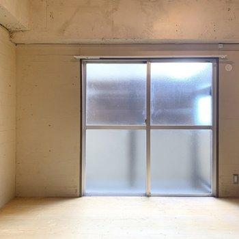 こちらのお部屋も掃き出し窓が設置されています。