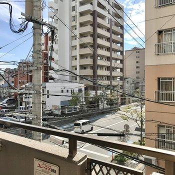 目の前はマンションと、少し左を向けば大通り。レースカーテンはしておきたいかな