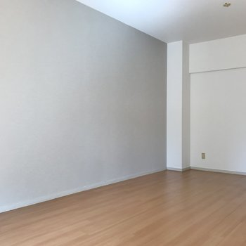 片側は淡いグレーのアクセントクロス。それに合わせた家具を置きたいな