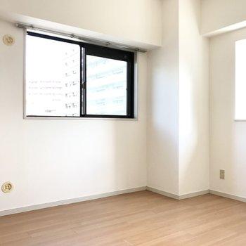 こちらは5帖の洋室。2面彩光です!