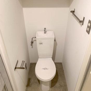 左にトイレがあります。