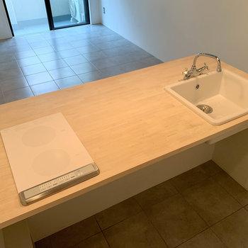 二口IHキッチン。広さがあるので、カウンターテーブルも兼ねた使い方ができますね。