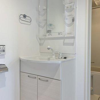 トイレの前に独立洗面台がありますよ。