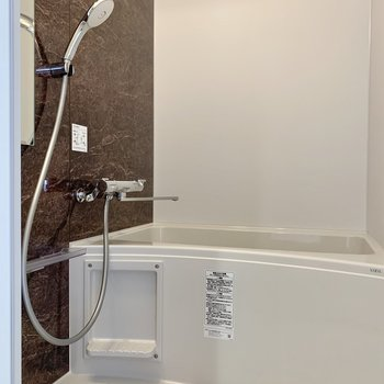 シャワーヘッドが大きい!浴室乾燥機もついていますよ。