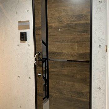 少しミラーになっている玄関ドアです。