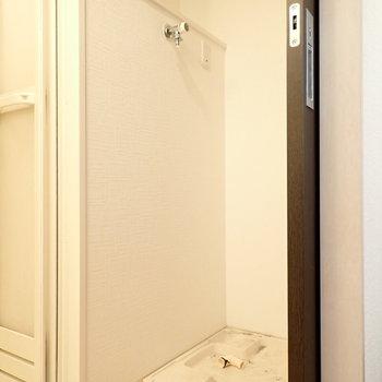 向いが洗濯機です。上には洗剤置き場もあります。