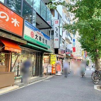 周辺にはバラエティ豊かな飲食店、スーパー、コンビニなど。