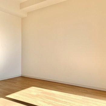ベッドを置いてもスペースに余裕があります※写真は7階の同間取り別部屋のものです