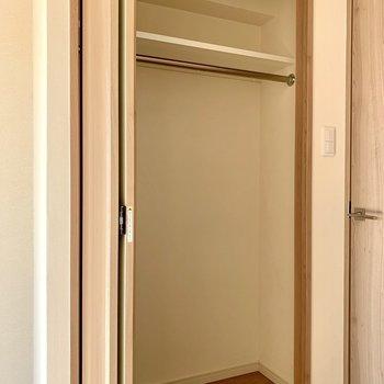 丈の長い服も掛けられる高さ※写真は7階の同間取り別部屋のものです