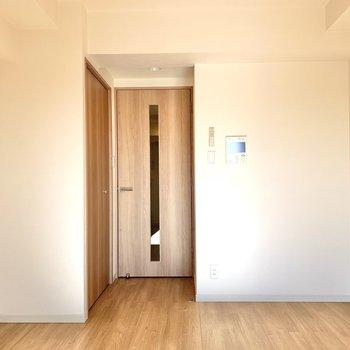内装は白と茶色でシンプル※写真は7階の同間取り別部屋のものです