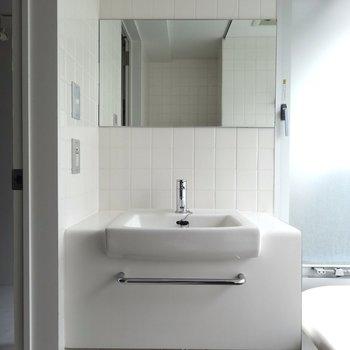 洗面台はコンパクト※写真4階の反転間取り別部屋のものです