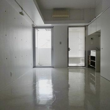 床に反射する光が眩しい!※写真4階の反転間取り別部屋のものです