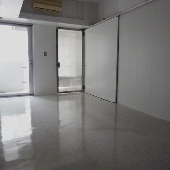 キッチンは引き戸で隠れるんです※写真4階の反転間取り別部屋のものです