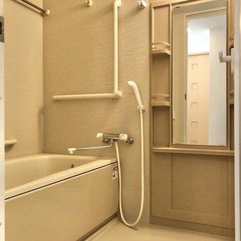 鏡、棚、手すり、浴室乾燥機、さらに追焚機能と嬉しい要素が揃います。