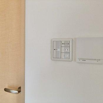 【LDK】この白いパネル、実は床暖房のスイッチ。足元もポカポカです。