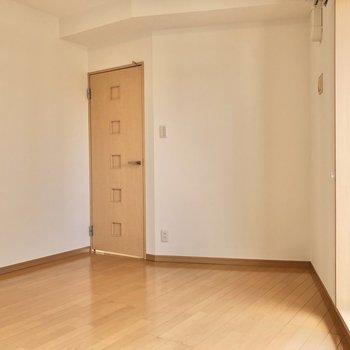 【洋室②】ドアに向かってすぼまった間取りです。