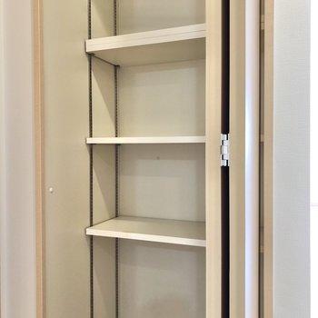 ドア横には収納。普段使わないものを入れておくと良さそう。