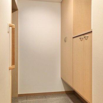 廊下の突き当りにゆとりのある玄関。