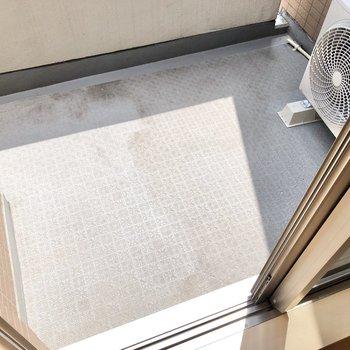【洋室①】大きな窓から出られるバルコニー。小さな物干しスタンドが置けそう。