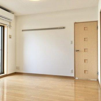 【洋室①】ドア横には収納としても活用できるフック付き。