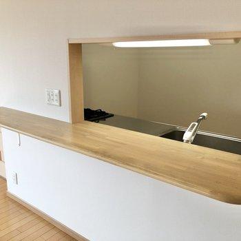 【LDK】コンセントも設置されていて、小さな家電も置けます。