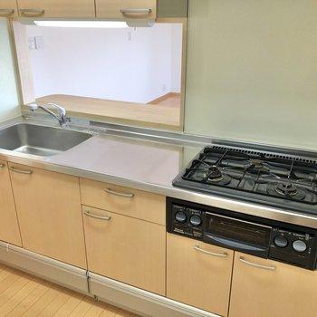 【LDK】グリル付きの3口コンロ、調理スペースも広め。