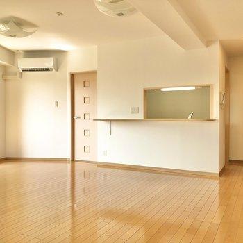 【LDK】キッチンは会話も楽しめる対面式。