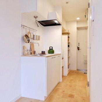 白で統一されたキッチンは無垢床と相まって優しい印象に。