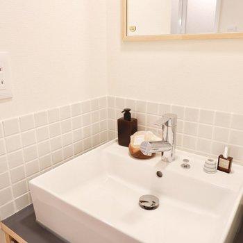 白のタイル張りのオリジナル洗面です。